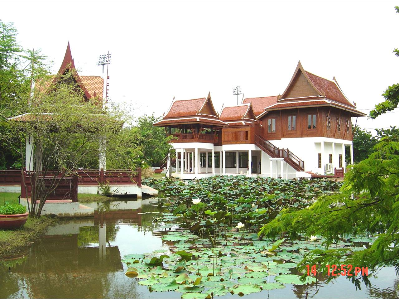 Traditional thai houses baan song thai for Thailand houses pictures