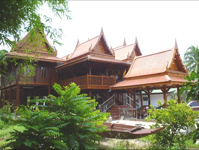 Traditional thai houses baan song thai for Thai classic house